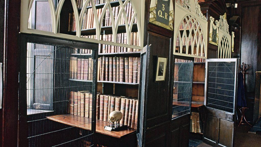 Vergitterte Lesenischen befinden sich in der alten Marsh?s Library in Dublin. Sie wurde 1701 gegr¸ndet und war die erste ˆffentliche Bibliothek von Dublin. Die Gitter dienten dem Diebstahlschutz. Dublin ist die Hauptstadt Irlands und liegt an der Ostk¸ste der Insel Irland.(Undatierte Aufnahme)null